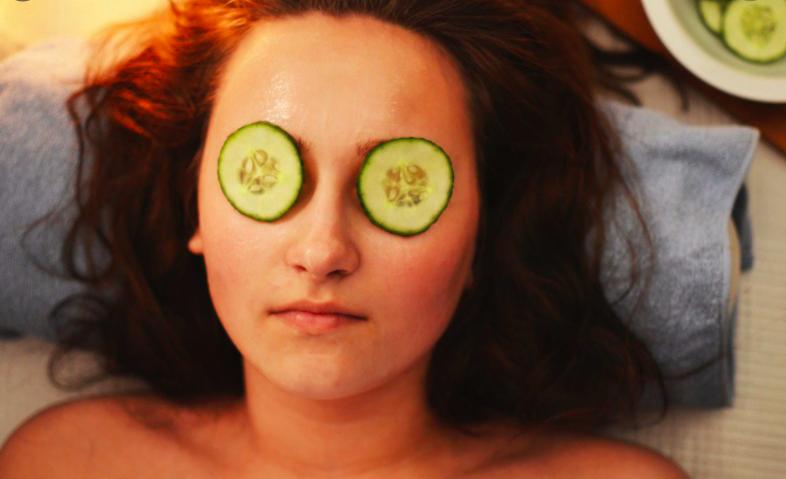 Cucumber-apply-face-remove-dark-circles-method